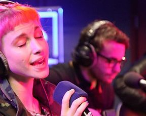 "Paramore performa ""Hate to See Your Heart Break"" no BBC Live Lounge"