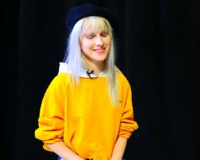 Hayley concede entrevista intimista ao Behind The Brand