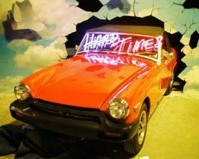 """""""Hard Times"""" estreia nas paradas da Billboard e do Reino Unido"""