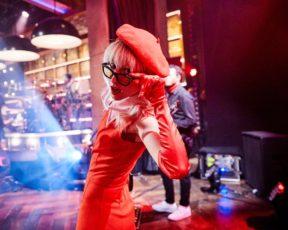 Assista à apresentação do Paramore no The Late Late Show