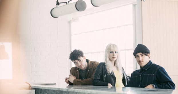Rolling Stone publica review sobre After Laughter