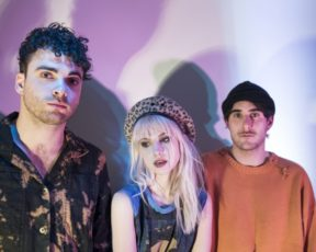 """Paramore compartilha artistas que influenciaram a criação do """"After Laughter"""""""