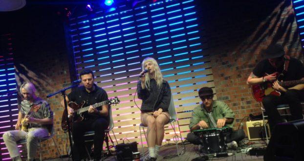 Assista à apresentação acústica do Paramore no Sound Lounge da 101WKQX