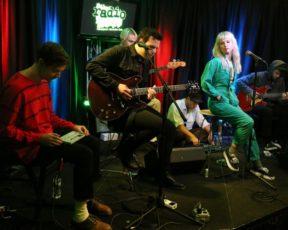 Assista às entrevistas legendadas do Paramore na Radio 104.5