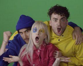 """Paramore libera vídeo dos bastidores do videoclipe de """"Hard Times"""""""