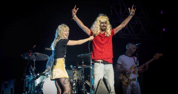 Fã brasileiro relata a experiência de subir ao palco do Paramore na Argentina