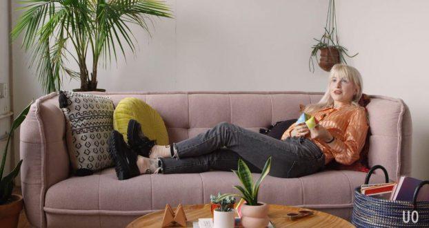 Hayley Williams responde perguntas em novo vídeo da Urban Outfitters