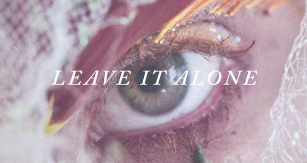 """Leia a letra e tradução de """"Leave It Alone"""", do álbum """"Petals For Armor"""""""