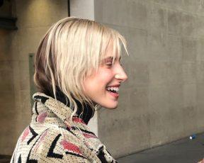 Hayley Williams atende fãs na entrada da BBC Radio 1, em Londres