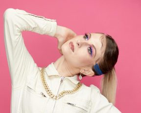 Independent UK: funk distorcido e desorientador marca a evolução da cantora em direção a paz
