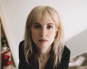 Hayley fala sobre autocuidado, planos e processo criativo para o L.A. Times