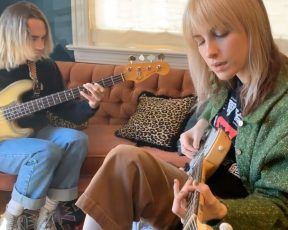 "Sunday Sessions: Hayley Williams apresenta ""Taken"" com Joey Howard"