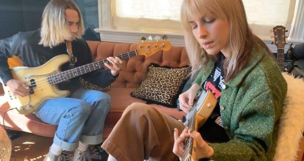 "Sunday Sessions: Hayley Williams apresenta ""Taken"" com Joey Howard"